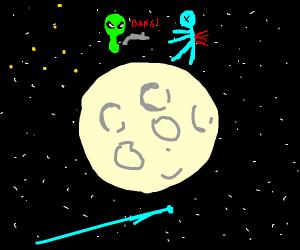 green limbless alien shoot blue alien on moon