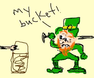 'NOOOO THEY BE STEALIN MY BUCKET!'